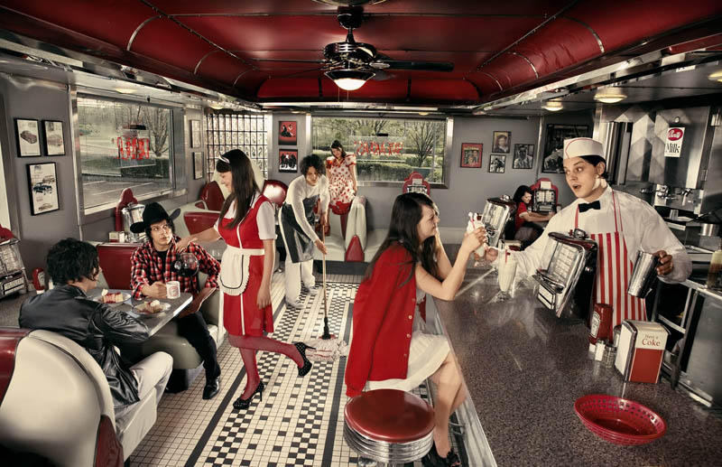 the-white-stripes-in-a-diner